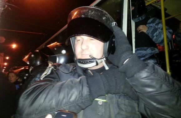 Майор Валерій Добровольський, який командує підрозділом «Беркуту», котрий бив сьогодні людей біля Києво-Святошинського районного суду Фото: 24tv.ua